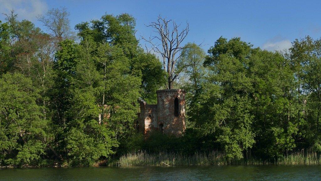 Zamek Klaudyny Potockiej pośrodku jeziora góreckiego jest jedną z największych atrakcji wielkopolskiego parku narodowego