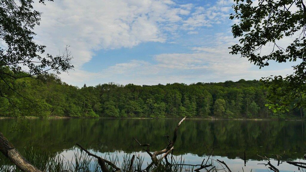 jezioro kociołek w pobliżu którego przebiega pętla mosińska