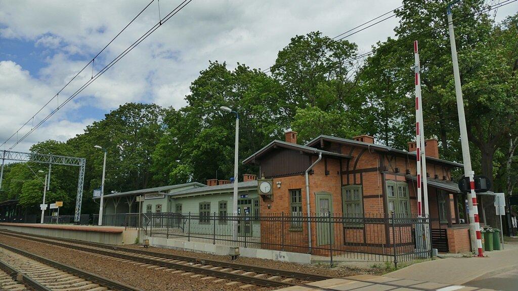 stacja kolejowa puszczykówko przy której dobiega końca szlak żółty puszczykowo-puszczykówko